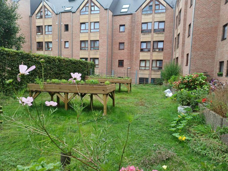 Dans le quartier de Lauzelle à Louvain-la-Neuve, la dynamique des entretiens a été fort différente selon que les personnes habitent un appartement ou une maison, où les problématiques de la vie quotidienne sont différentes © C. Du.