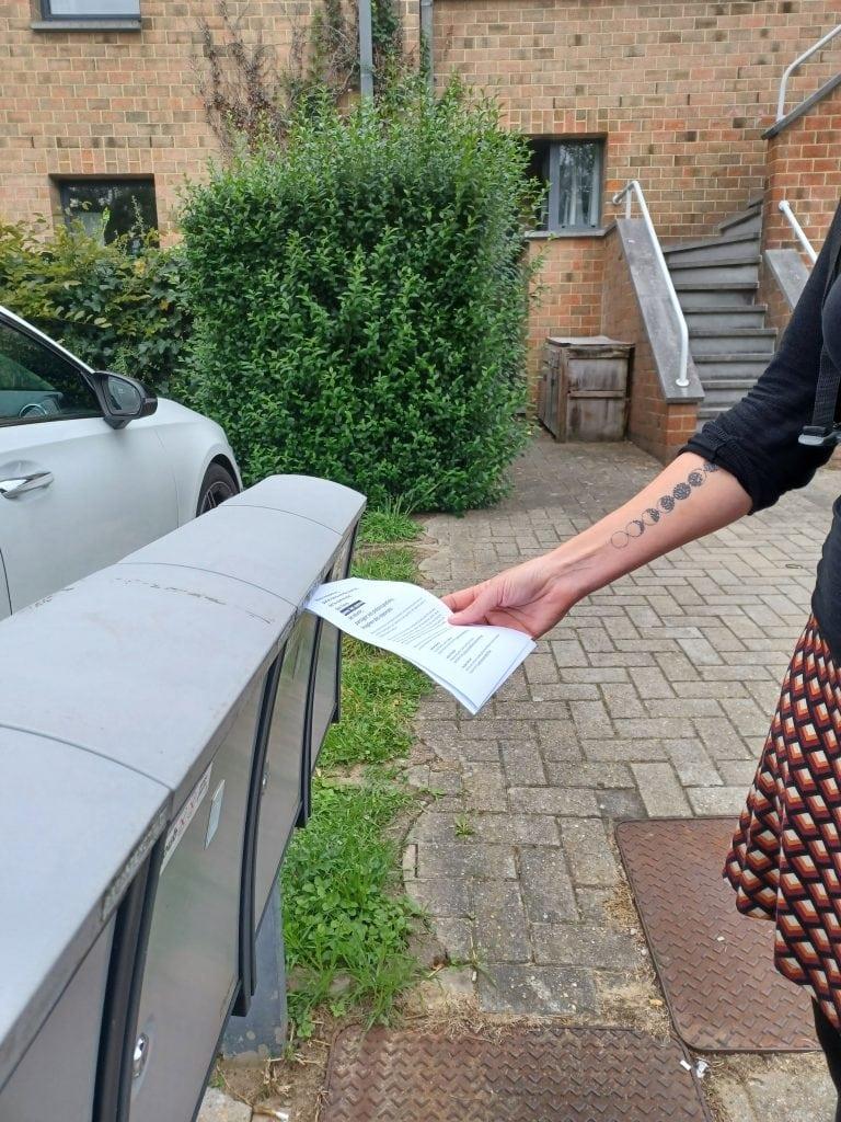 À Lauzelle, un flyer est déposé dans les boites aux lettres pour présenter la démarche aux habitants © C. Du.
